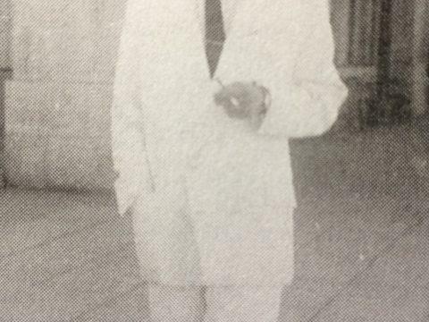 El Dr. Falabella, en una fotografía del 11 de marzo de 1945, recorriendo las calles de Mar del Plata.