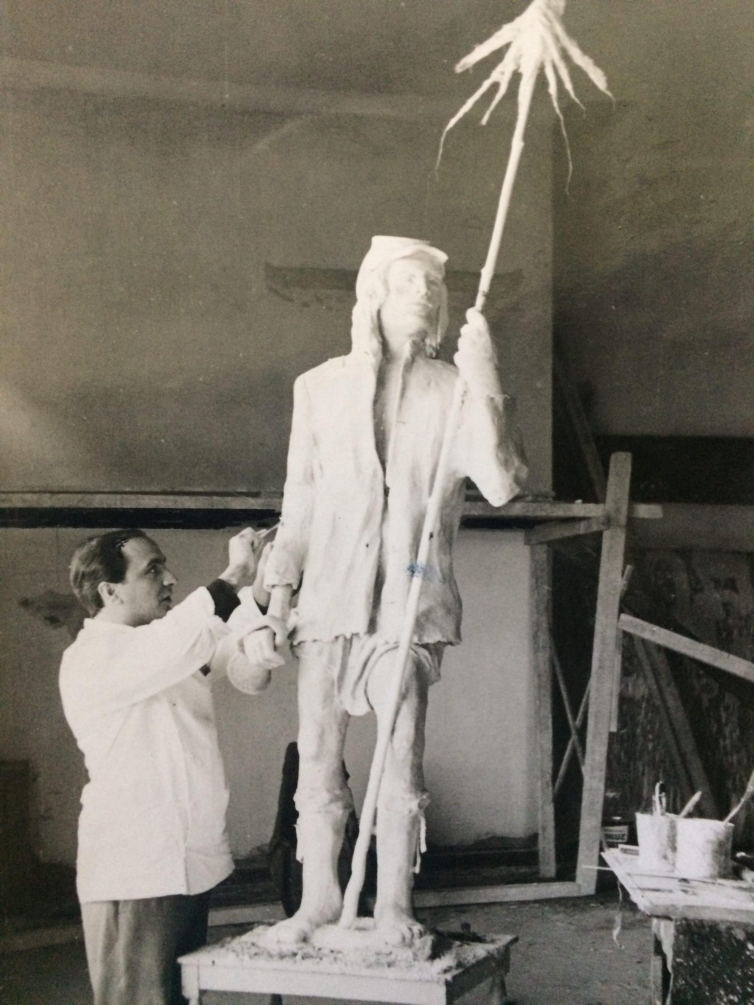 Diestro y laborioso, Osvaldo Néstor López, ha venido desarrollando, una significativa obra escultórica, que enaltece y enriquece, la historia artística de nuestra ciudad de Chivilcoy.