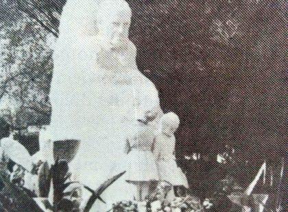 Monumento a Domingo Faustino Sarmiento, en la plaza 9 de Julio, de nuestra ciudad, inaugurado el 25 de mayo de 1944.