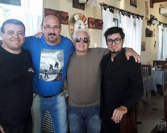 El señor Rubén Alcides «Cacho» López, creador, artífice y organizador de la bailanta «Maremoto», junto a un grupo de amigos.