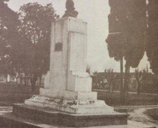 Busto del Dr. Mariano Moreno, en centro de la plaza homónima. Obra de gran escultor y docente local, profesor Antonio Bardi, se inauguró el 21 de octubre de 1951.