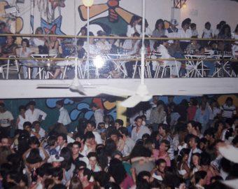 La bailanta «Maremoto», en una noche de espectáculo, con toda una muchedumbre presente.