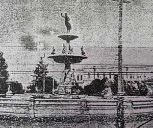 Estampa fotográfica, de la ciudad de Chivilcoy, correspondiente al año 1907, cuando funcionaba en nuestra ciudad, el curioso y singular Sanatorio y Casa de Baños Medicinales, del Dr. Vicente Nico, ubicado en la avenida Soarez Nº 232.