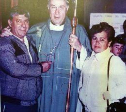 Los progenitores, de la niña Patricia Leiva, junto al entonces obispo de la Diósesis de Mercedes-Luján, Monseñor Emilio Ogñenovich, quien redactó una sentida estampa religiosa, dedicada a Patricia (Fotografía, de fines de la década, 1980).