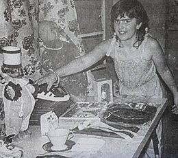 La niña Patricia Leiva, en el interior de su propia casa.
