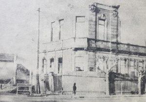 El proceso, de cruel e inexorable demolición, de la Escuela primaria Nº 1 «Domingo Faustino Sarmiento», en el mes de abril de 1970.